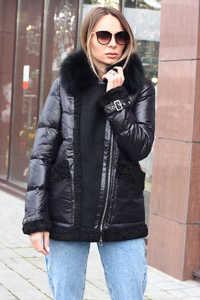 Модный пуховик с мехом и накладными карманами черный